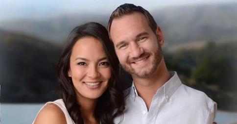 نیک ووییچیچ در کنار همسرش کانایی میاهارا